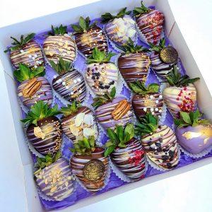 Cutie Căpșuni în Ciocolată Lila